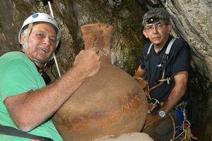 Israel trục vớt tàu gốm hơn 2000 năm tuổi trong... hang