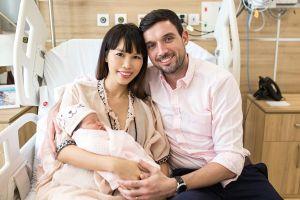Gia đình siêu mẫu Hà Anh 'tone sur tone' mừng con gái 1 tuần tuổi