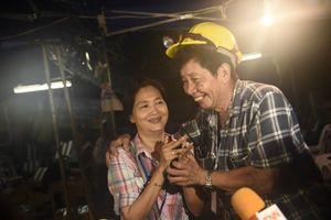 Người Thái thở phào hạnh phúc sau khi tìm thấy 13 thành viên đội bóng