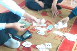 Bí thư Đảng ủy xã đánh bài trong phòng làm việc