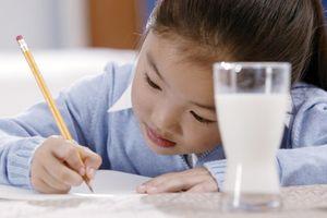 Con chuẩn bị vào lớp 1, mẹ cho học chữ từ… sau Tết