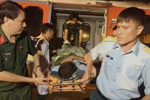Trực thăng đáp nóc nhà giàn DK1 đưa quân nhân đột quỵ não về đất liền
