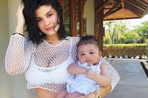 Con gái Kylie Jenner: 5 tháng tuổi, sở hữu tủ giày đắt giá