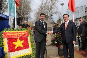Phó Thủ tướng Vương Đình Huệ dâng hoa tại Công viên Hồ Chí Minh (Chile)