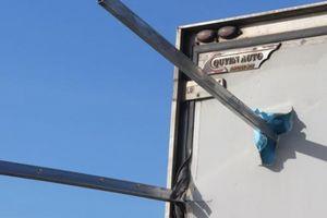 Tai nạn hy hữu: Thép đâm xuyên xe tải, 2 người thương vong