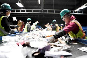 Thế giới chao đảo khi đại công xưởng tái chế phế liệu ngừng nhập khẩu rác