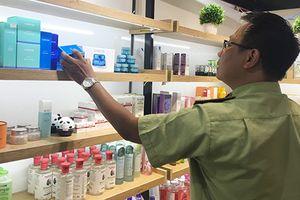 QLTT Hà Nội: Ra quân thu giữ mỹ phẩm, dược phẩm không rõ nguồn gốc Thực hiện kế hoạch chỉ đạo của Văn phòng thường trực 389 Quốc gia, ngày 5/7/2018, lực lượng Quản lý thị trường (QLTT) Hà Nội đã đồng loạt ra quân thanh tra, kiểm tra các cơ sở kinh doanh d