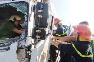 Kinh hãi: Sắt công trình đâm xuyên ô tô, tài xế tử vong