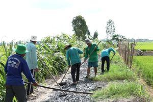 Những lão nông bỏ công làm đường nội đồng