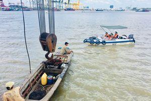 Quên mình tìm kiếm thuyền viên gặp nạn trên sông