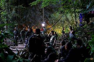 Theo chân đội cứu hộ băng rừng, ngụp lặn tìm kiếm đội bóng Thái Lan