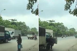 Thấy bà cụ xa lạ đứng giữa đường vẫy xe, tài xế dừng lại làm hành động khiến hàng ngàn người nể phục