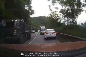 Ôtô vượt ẩu suýt gây tai nạn trên đường đèo quanh co nguy hiểm