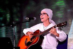 Cô giáo ung thư ở Quảng Trị hát quyên tiền tặng bệnh nhân cùng cảnh