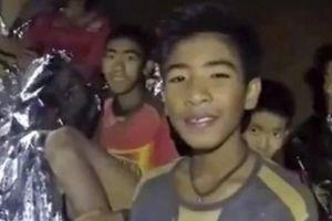 Đội bóng Thái Lan: Chưa được gặp gia đình, khi gặp không được ôm hôn
