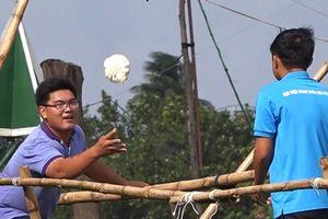 'Chết cười' với trò chơi đi cầu khỉ chuyền bắp cải ở chợ nổi Cái Răng