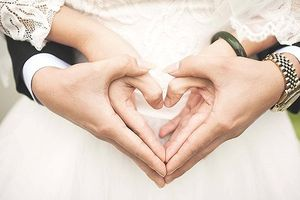 9x lấy vợ 62 tuổi: Tại sao chúng ta cố tình săm soi?