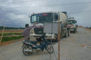Người dân Tam Đại chặn xe thi công trên đường cao tốc Đà Nẵng - Quảng Ngãi