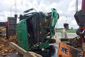 Ôtô tải phơi bụng dưới ruộng sau tai nạn, tài xế thoát chết