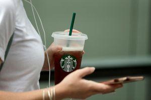 Starbucks tuyên bố ngừng sử dụng ống hút bằng nhựa