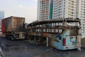 Xe khách bốc cháy dữ dội trên đường vành đai 3, một người tử vong