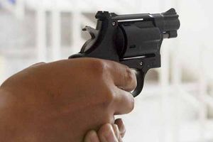 Thanh niên nổ súng, dùng dao đâm bạn gái trọng thương rồi uống thuốc sâu tự tử