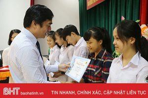 Trao 50 suất học bổng cho học sinh nghèo vượt khó Hà Tĩnh