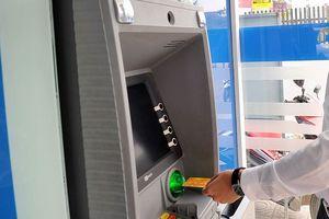Thấy gì từ việc NHNN 'tuýt còi' vụ tăng phí ATM?