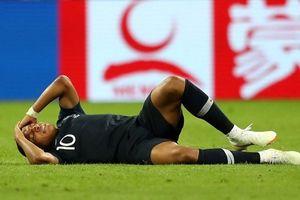 Ăn vạ và câu giờ lộ liễu, Mbappe giống 'hậu duệ' của 'kịch sĩ' Neymar