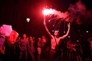 Bừng pháo sáng thâu đêm ăn mừng chiến thắng fan Pháp