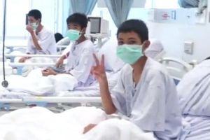 Những hình ảnh đầu tiên của đội bóng Thái sau khi rời hang