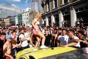 Nữ CĐV tuyển Anh nhận 'gạch đá' vì nhảy lên xe cứu thương ăn mừng