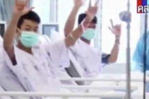 Đội bóng Thái Lan đeo khẩu trang cười, bố mẹ đứng ngoài khóc