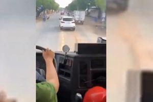 'Giả điếc' không nhường đường cho xe cứu hỏa, tài xế bị xử phạt như thế nào?