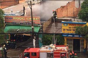 TP.HCM: Cháy kho vải ở quận Tân Bình, hàng trăm người náo loạn