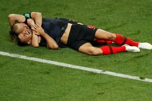 Cầu thủ Croatia ôm nhau mừng chiến thắng lịch sử