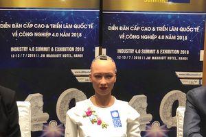 Robot Sophia mặc áo dài trắng nói chuyện với người Việt tại Hà Nội