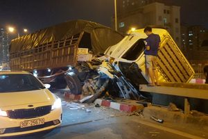 Xe tải 15 tấn đâm dải phân cách trên đường vành đai 3, tài xế thoát chết trong gang tấc