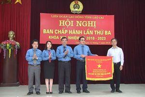 LĐLĐ tỉnh Lào Cai nhận Cờ thi đua của Thủ tướng Chính phủ