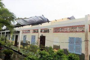 Dông lốc làm sập và tốc mái hơn 100 căn nhà ở Cà Mau