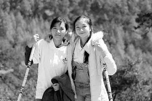 Hai nữ sinh Campuchia & ước mơ từ rác thải nhựa