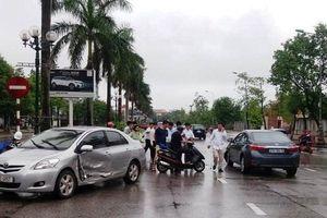 Lái xe chạy ngược chiều, tài xế Vios thoát chết khi bị đâm trực diện
