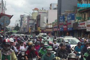 Lật xe container, cửa ngõ sân bay Tân Sơn Nhất kẹt xe cả buổi sáng