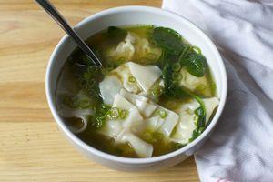 Bữa tối cuối tuần chỉ cần một bát súp hoành thánh ngọt thanh thế này