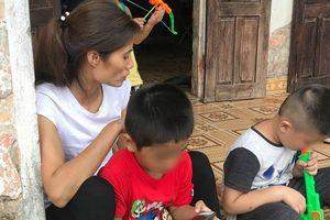 Vụ trao nhầm con 6 năm ở Hà Nội: Hai đứa trẻ được đoàn tụ, quấn quýt chơi với nhau