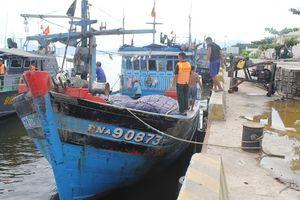 Lai dắt tàu cá hỏng máy trên biển vào bờ an toàn