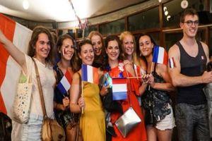 CĐV Pháp ở Hà Nội mừng vô địch World Cup: Cởi áo nhảy múa, hôn nhau