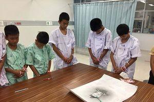 Những hình ảnh xúc động của các cậu bé Thái Lan ngay sau khi vừa hồi phục