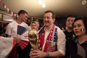 Đại sứ Pháp tại Việt Nam giơ cao Cúp vàng nhảy tưng bừng, ăn mừng chiến thắng