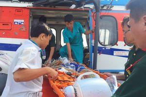 Dùng trực thăng đưa 2 bệnh nhân từ Trường Sa vào đất liền cấp cứu